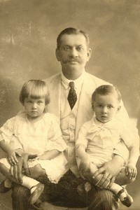 Grigore Otetelisanu, alaturi de Olga si Nicolae