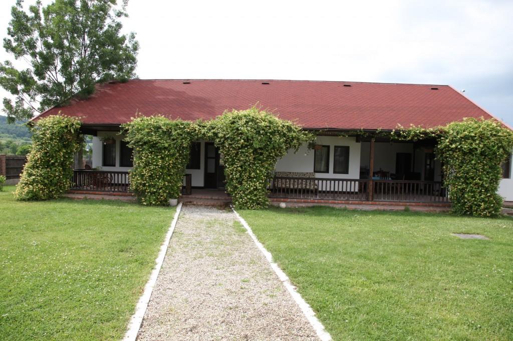Casele de oaspeți din curtea conacului