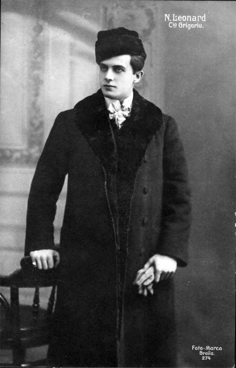 Tânărul tenor Nicolae Leonard, una dintre vedeie Trupei Grigoriu