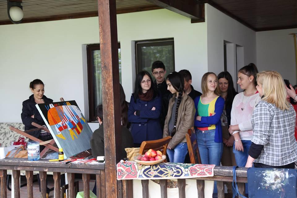 Admirăm lucrările în cerdacul Conacului Otetelișanu